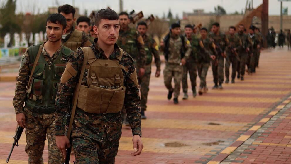 Soldater i syriska, kurdiskt ledda SDF-styrkan vid en begravning i nordöstra Syrien.