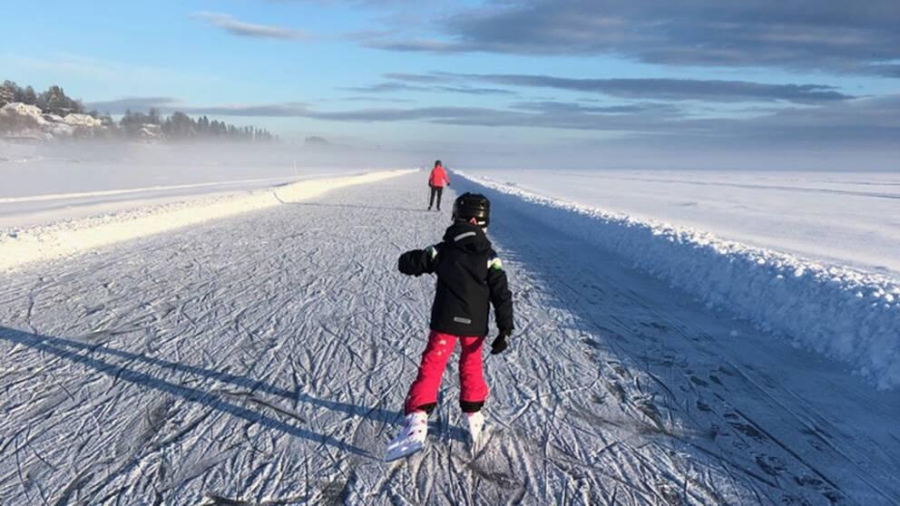 Skridskoåkning på Storsjön Östersund den 10 februari. Mitt barnbarn Irma Berg testar iordningställd isbana Medvinden.