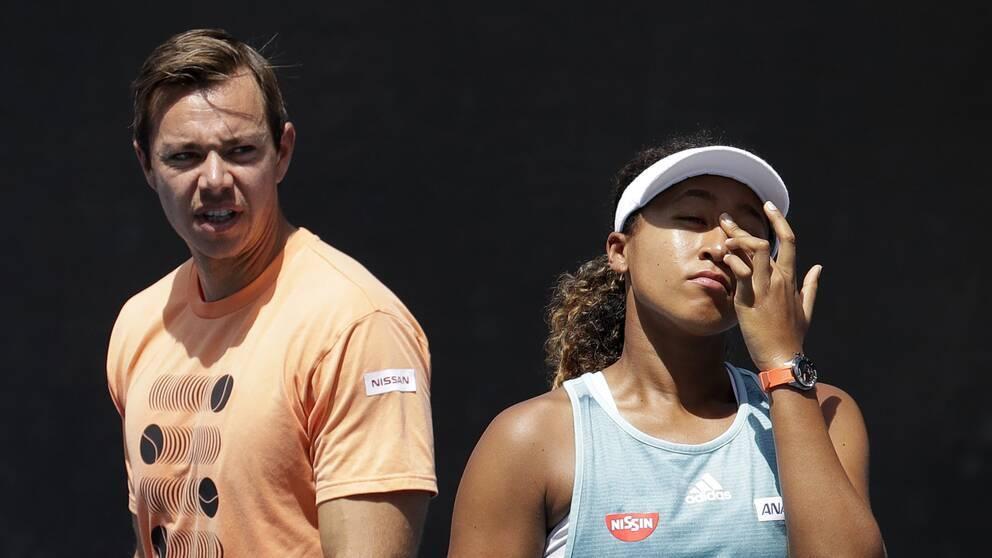 Naomi Osaka och hennes förra tränare Sascha Bajin under Australian Open i år.