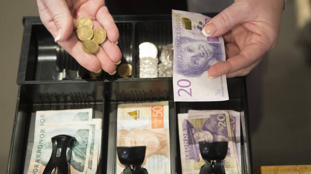 Svenska kontanter i en kassaapparat.