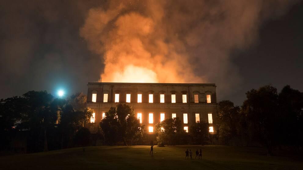 Runt 2000 föremål har räddats ur askan efter branden på Brasiliens nationalmuseum.