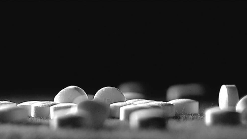 Vita tabletter utströdda på en bordskiva.