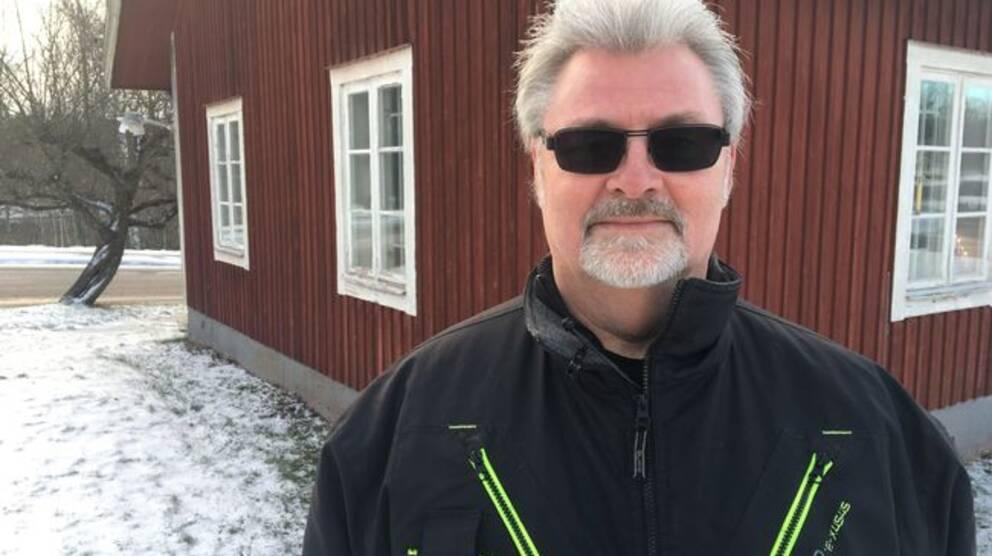 Mikael Wincent står utanför rasthuset i närheten av idrottsanläggningen Medley i Finspång