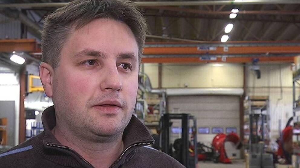 Medelålders man intervjuas på en verkstad, Ingemar Nyberg, vd på Mählers i Rossön