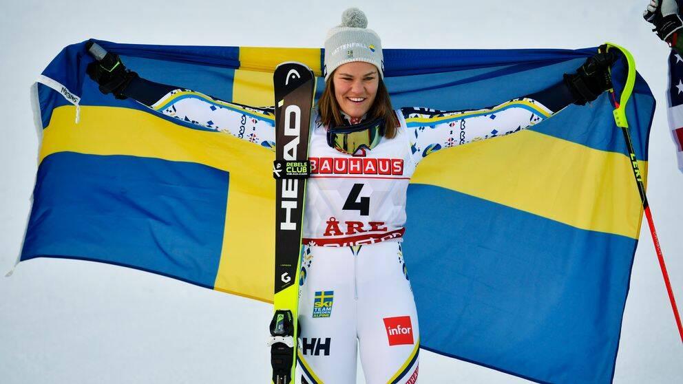 Anna Swenn-Larsson poserar med den svenska flaggan efter andraplatsen i slalom.