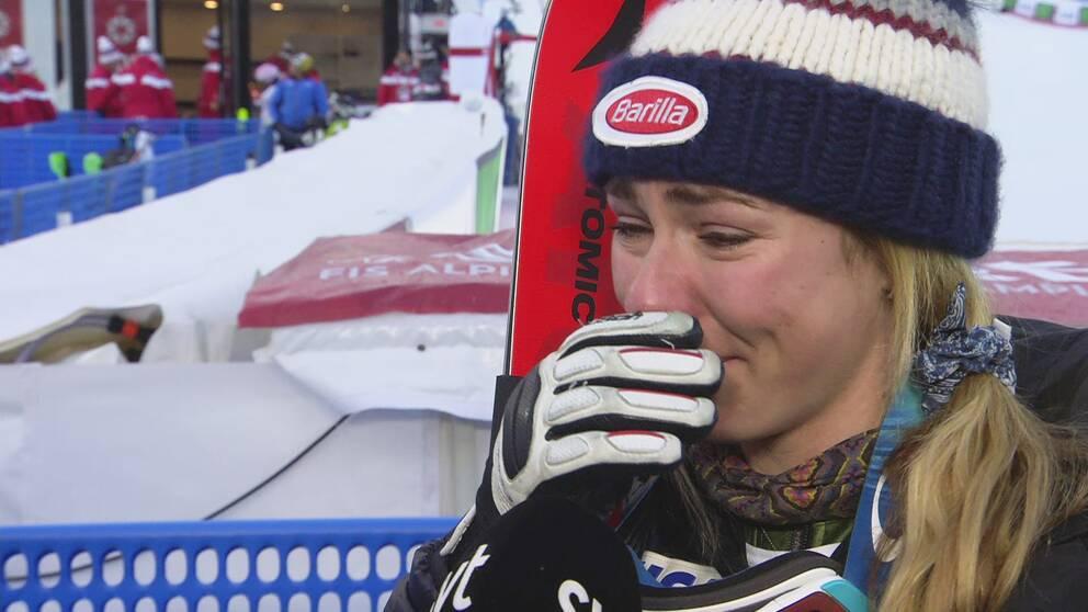 Mikaela Shiffrin kan inte hålla tillbaka tårarna.