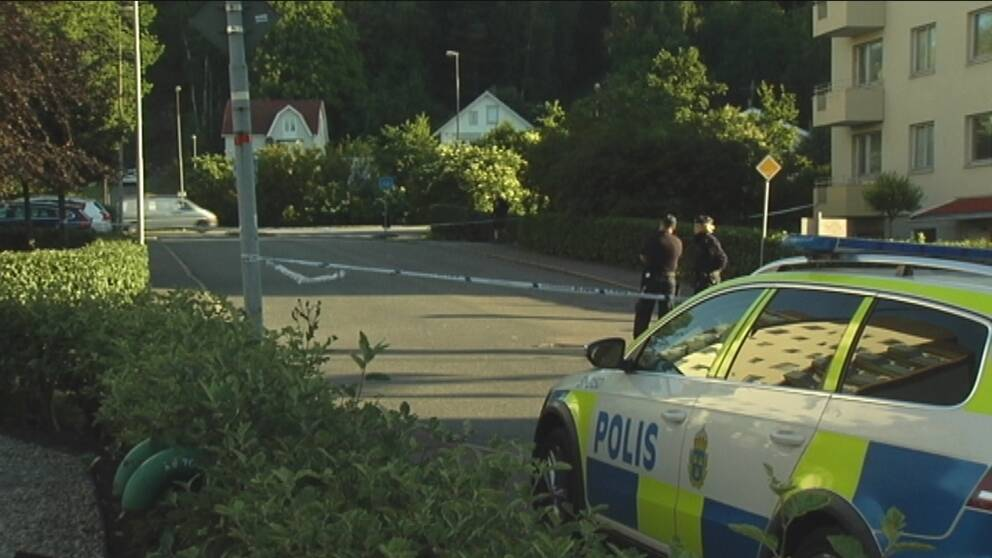 Knivman skots i benet av polis 1