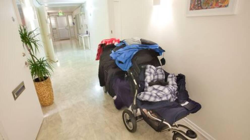Barnvagn i korridor