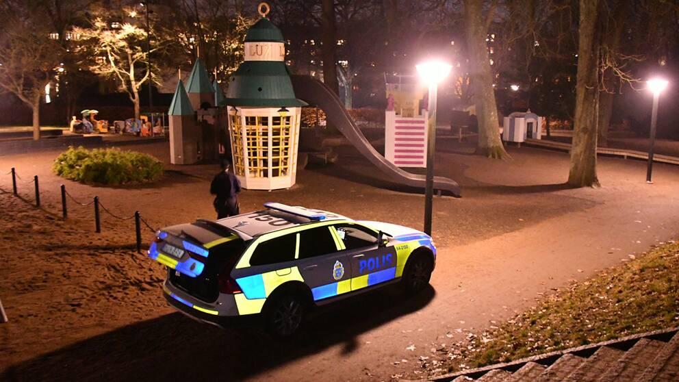 Polisen på plats i stadsparken i Lund, där man söker igenom området med hund.