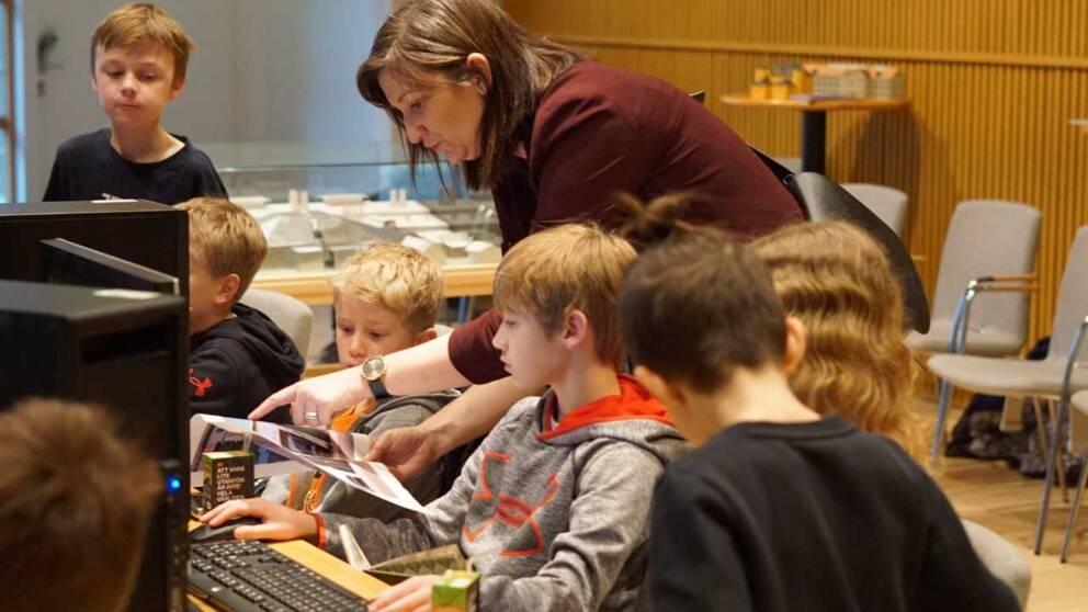 barn spelar dator