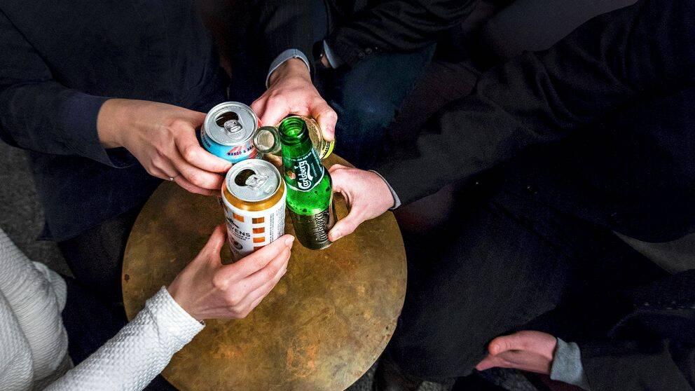Fyra personer som skålar med burkar och flaskor