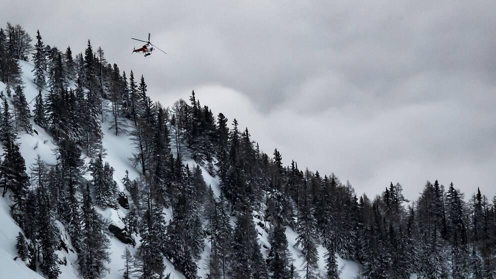 En räddningshelikopter i samband ned en tidigare lavinolycka i Valaiskantonen. Arkivbild