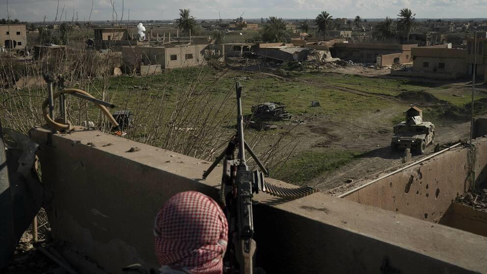 En soldat på ett tak