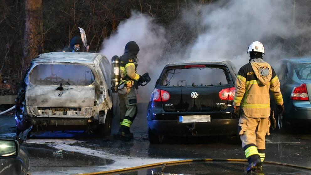 Räddningstjänst släcker bilbränder.