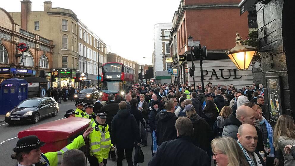 Tusentals MFF-supportrar samlas för att tåga till matchen på Stamford Bridge.