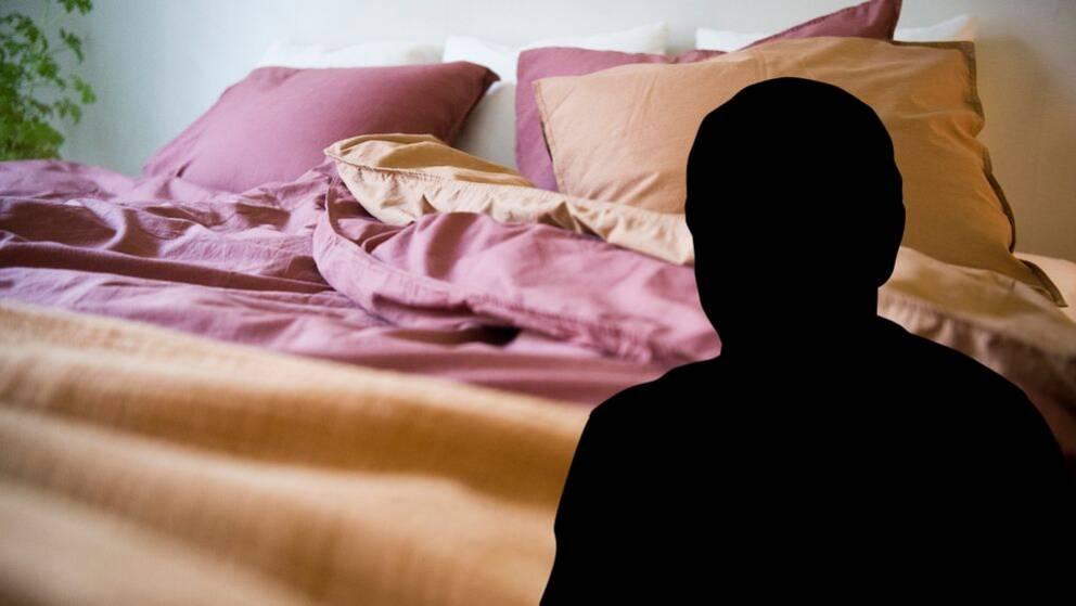 En säng bäddad med bruna och lila lakan. i förgrunden en silhuett av en man.
