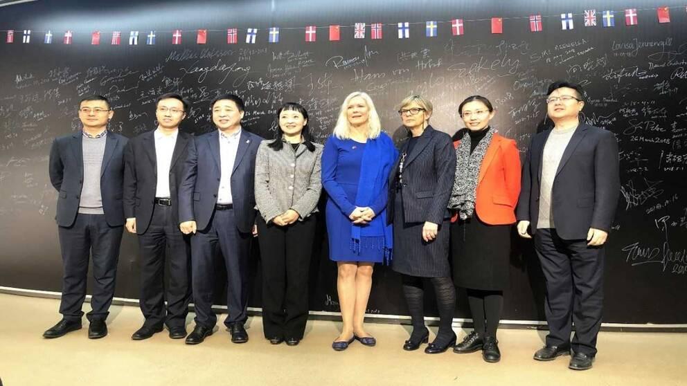 Ambassadör Anna Lindstedt (i blått) under ett besök på Kevin Lius företag MiniSV. Liu trea från vänster på bilden.