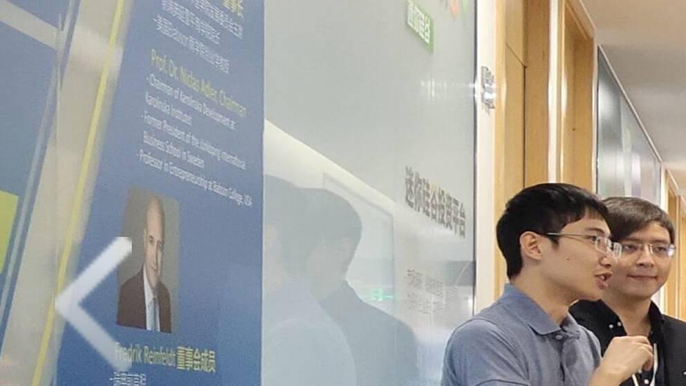 På en vägg i Kevin Lius bolag MiniSV i Nanjing i Kina finns en bild av Fredrik Reinfeldt som har arbetat som konsult i Niclas Adlers bolag NGT.