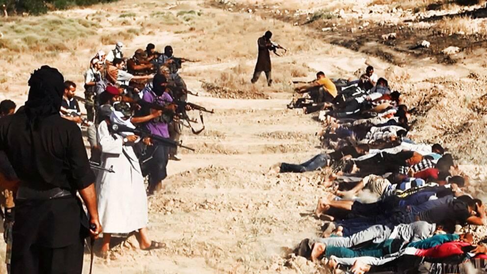 Denna bild ska ha postats på en militant sajt och tycks föreställa Isis-terrorister som siktar mot vad som tycks vara irakiska soldater.
