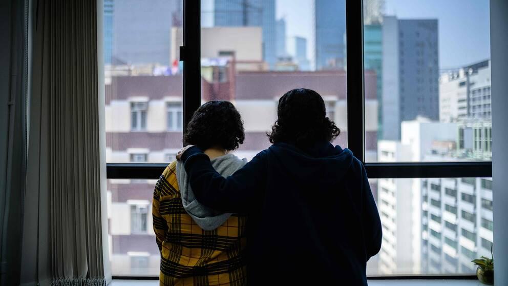 De saudiska systrarna Rawan och Reem som har flytt sin familj och sitter fast i Hongkong.