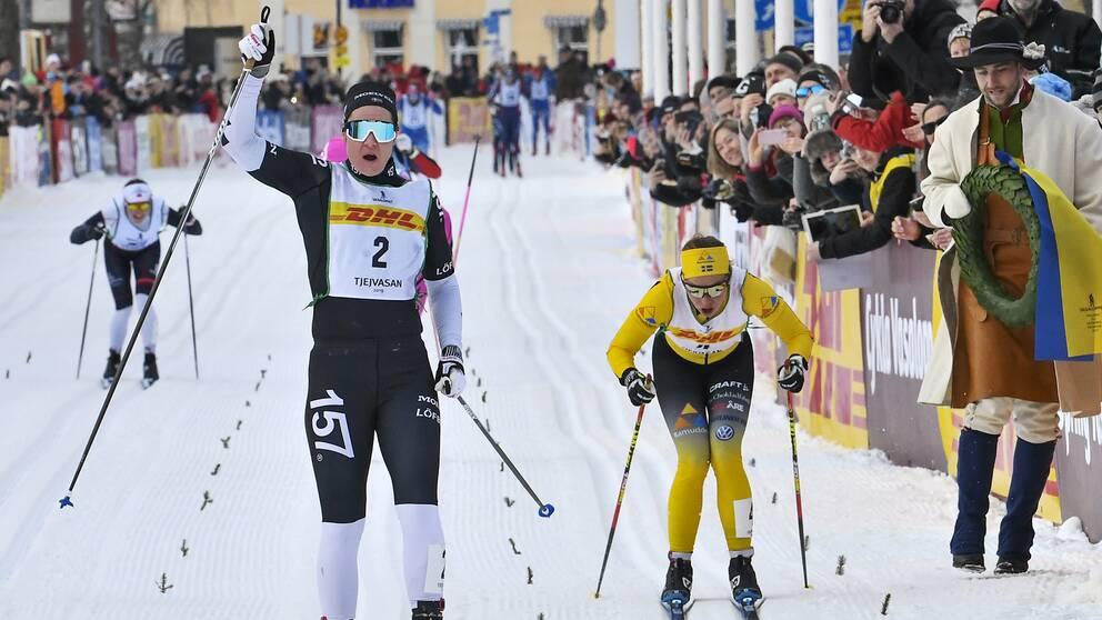 Britta Johansson Norgren går i mål i Tjejvasan före Lina Korsgren i gult.