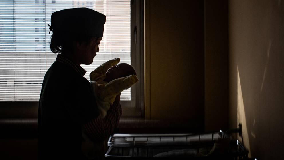 En barnmorska på mödravårdskliniken i Pyongyang.