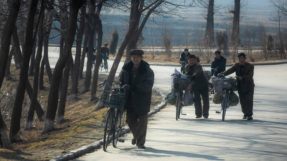 Nordkoreaner är på väg hem från jobbet i Kaesong.