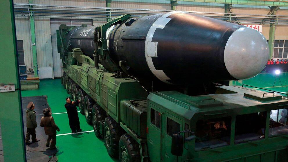 Hwasong 15 interkontinental ballistisk robot. Kim Jong-Un, tredje personen till vänster. Arkivbild 29 november 2017 som Nordkoreas statliga nyhetsbyrå distribuerat