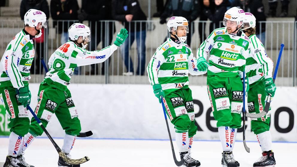 Västerås Robin Andersson jublar med lagkamrater under den andra kvartsfinalen mot Vänersborg.