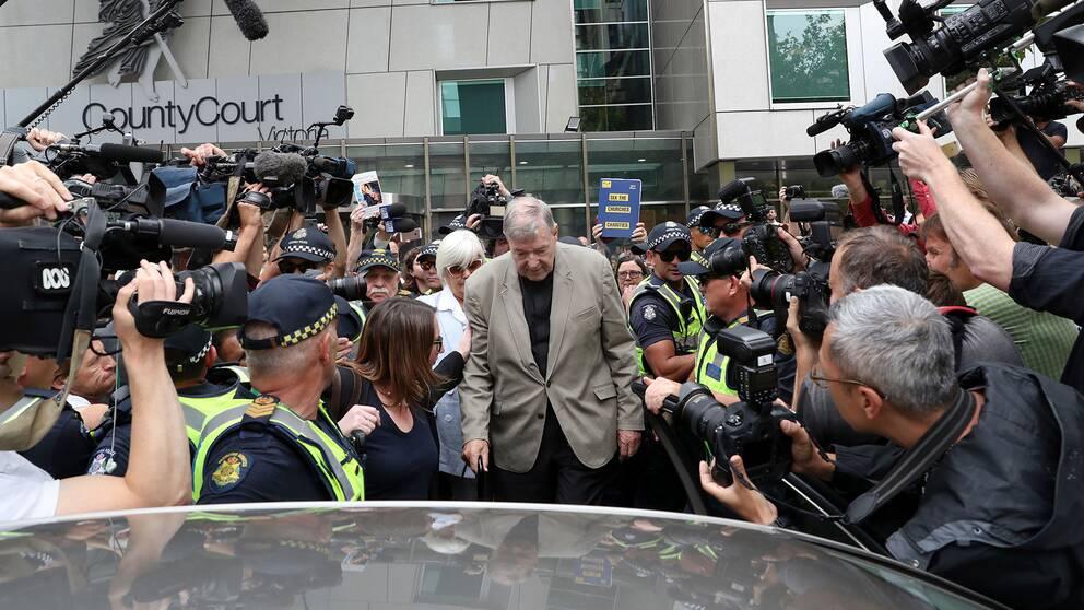Kardinal George Pell lämnar domstolen i Melbourne i Australien.