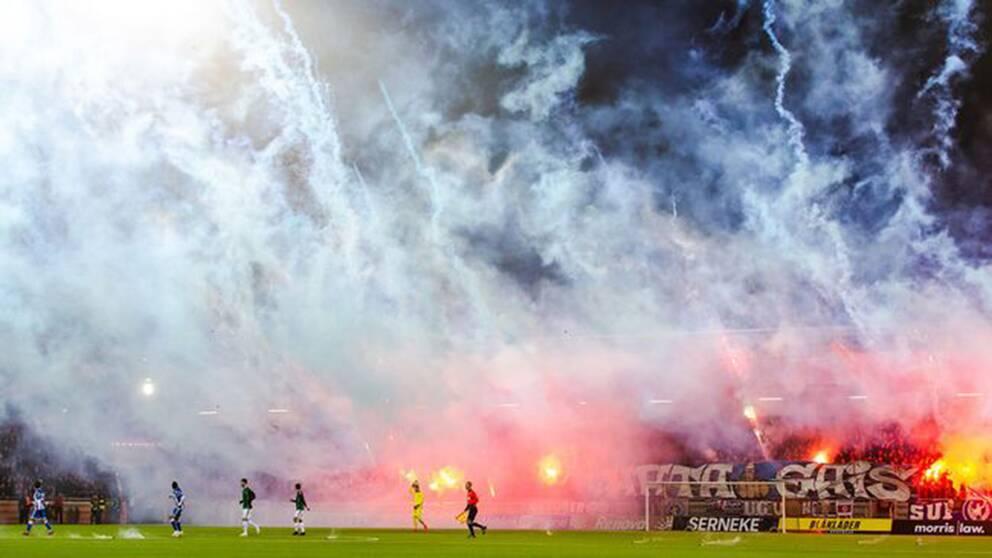 Göteborgsderbyt avbrutet på grund av pyroteknik