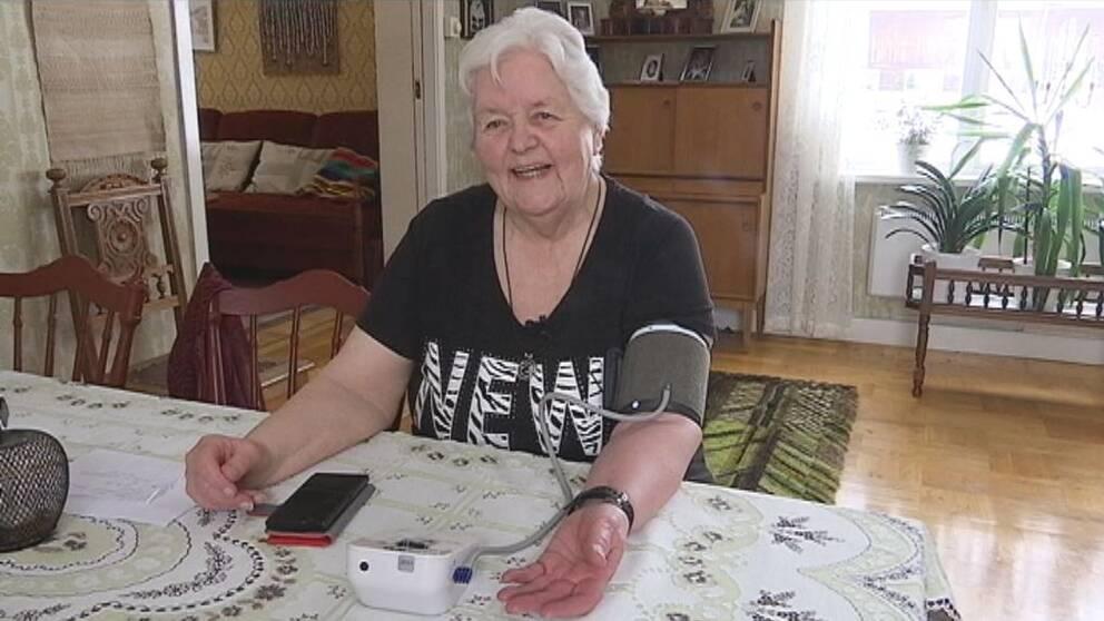 Eva Dahlström sköter sitt blodtryck hemma i Ammer.
