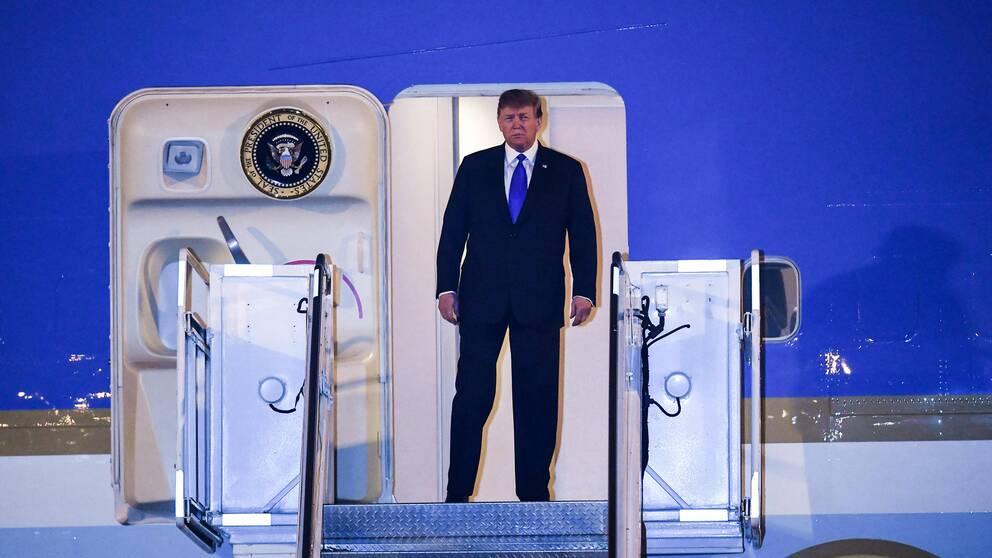 Donald Trump på väg ut ur Air force one på Noi Bai International Airport i Hanoi under tisdagseftermiddagen svensk tid.