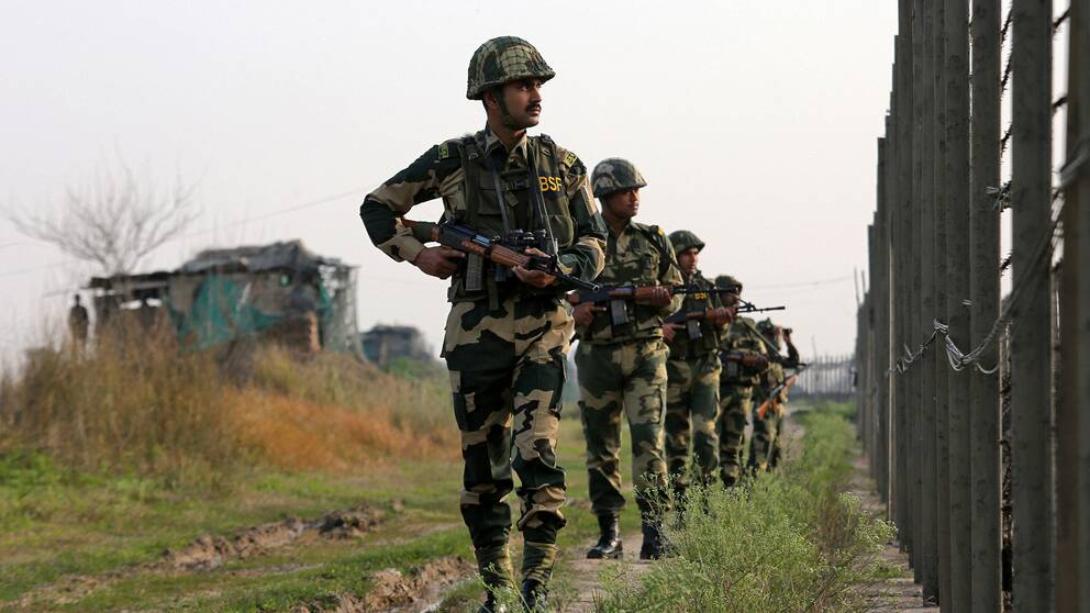 Indiska gränssoldater patrulerar längs gränsen mot Pakistan.