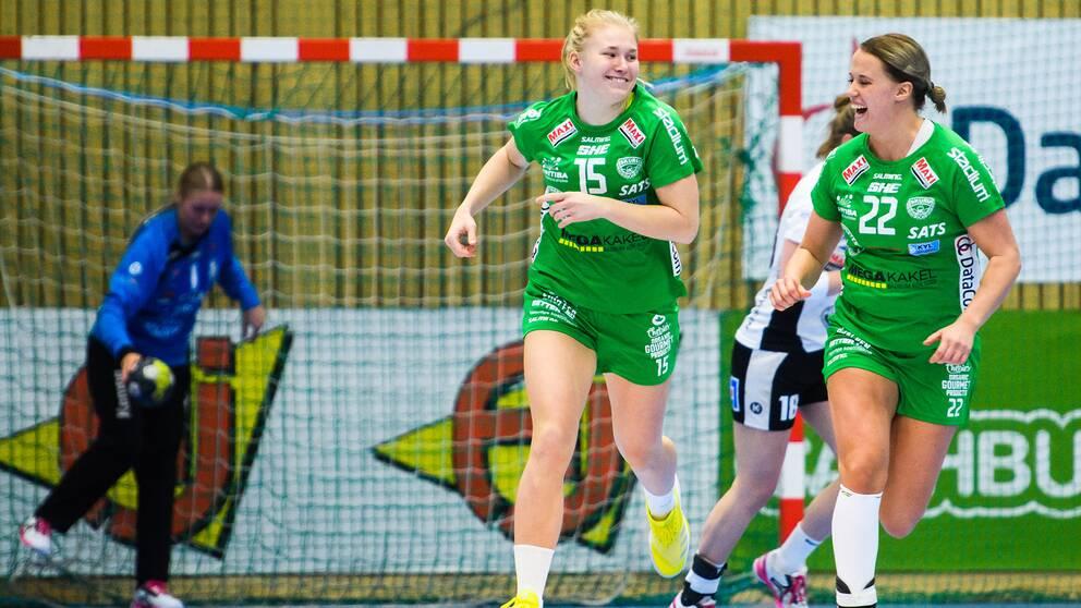 Isabelle Andersson och Hanna Åhlén jublar efter ett mål.