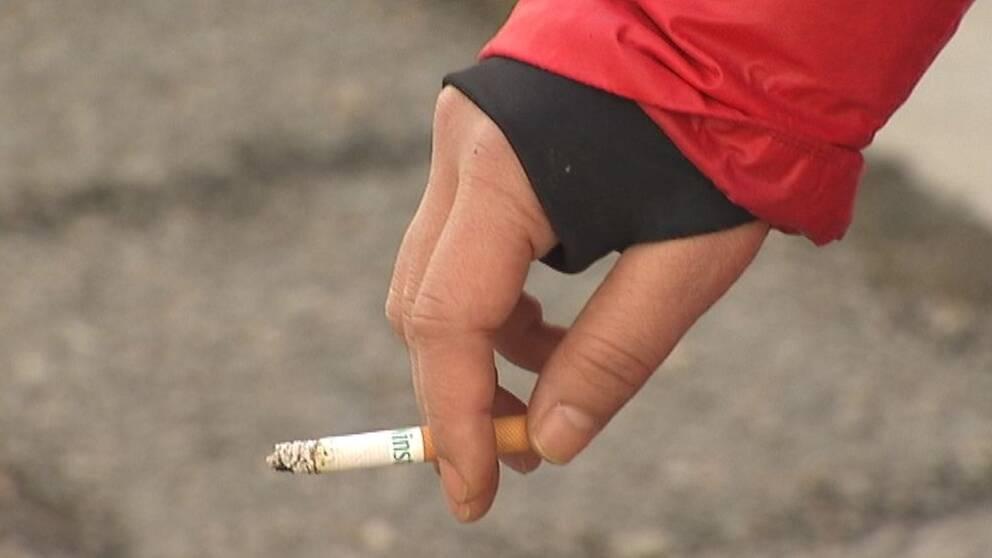 Hand med cigarett