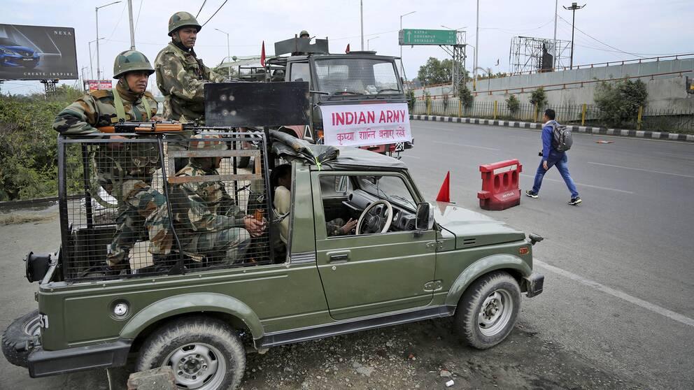 Soldater från indiska armén utposterade i staden Jammu, på gränsen till Pakistan, i den delstaten Jammu och Kashmir i norra Indien