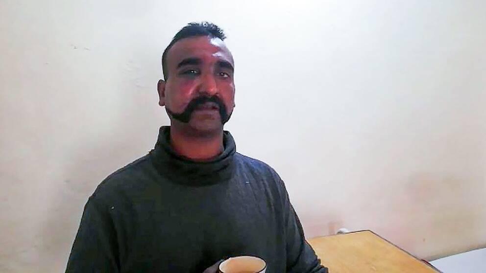 Den indiske piloten Abhinandan Varthamans frihetsberövades i samband med att hans flygplan sköts ned tidigare i veckan.