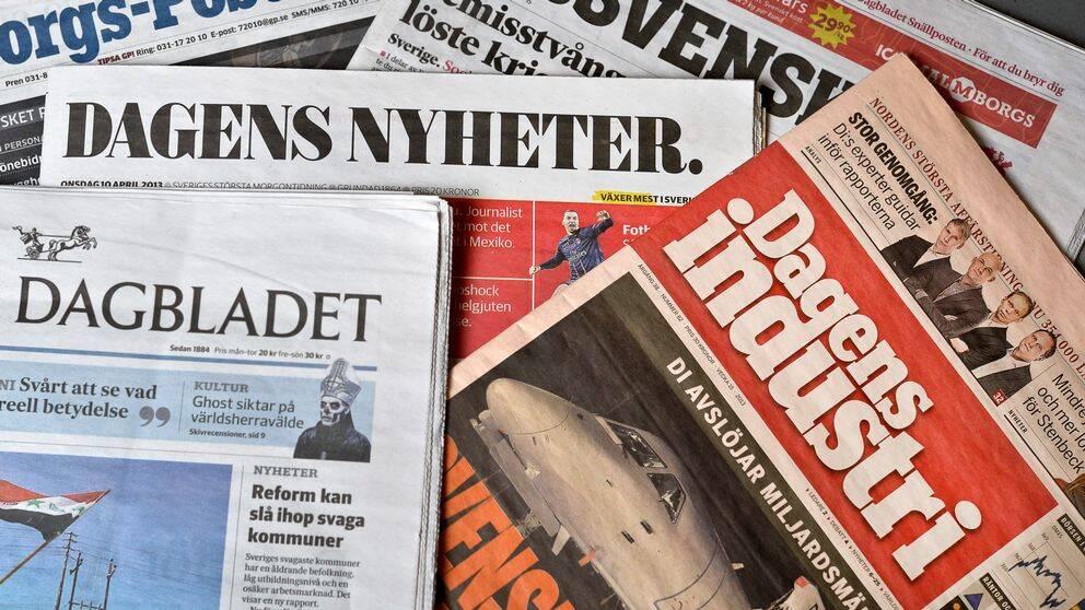 Flera dagstidningar ovanpå varandra.