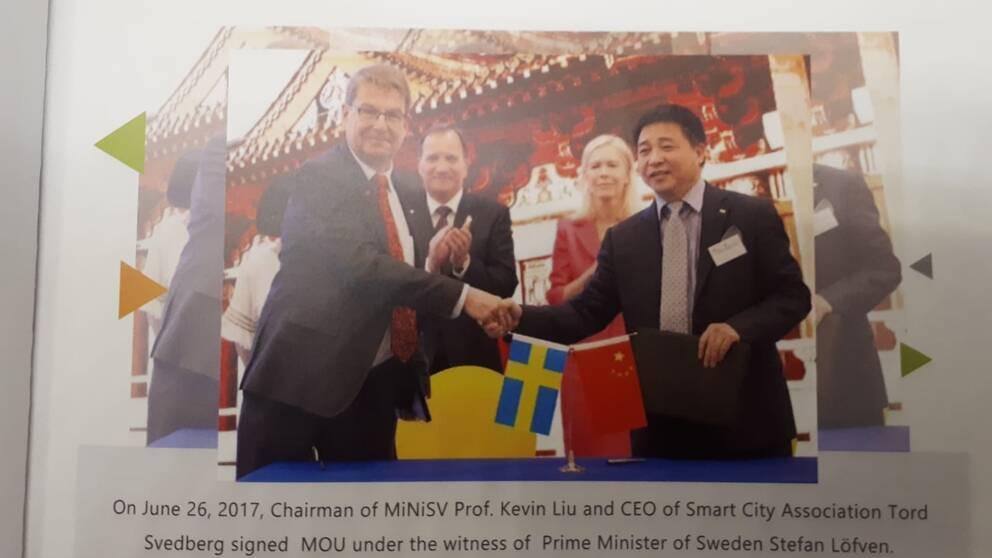 I en broschyr om Kevin Lius företag MiniSv finns en bild av statsminister Löfven och den svenska ambassadören Anna Lindstedt, som applåderar ett samarbete mellan Liu och Tord Svedberg, vd för Smarta städer.