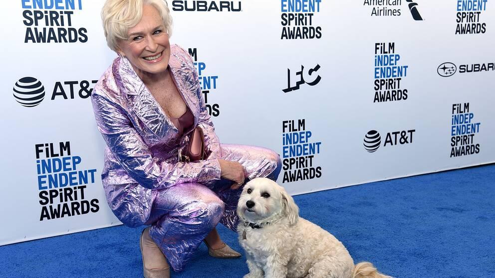 Glenn Close och hennes hund Pip gör entré på 2019 års Independent spirit awards, där skådespelerskan tog hem priset för bästa kvinnliga huvudroll.