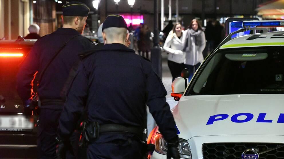 Polisen larmades till en adress nära Lilla Torg i Malmö efter larm om stök i en lägenhet. En person har förts till sjukhus med allvarliga skador, men det är oklart vad som har hänt.
