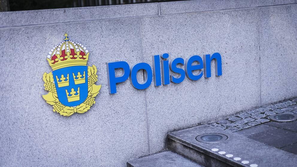 Brist på personal, organisation och kompetens. Det är bland annat det Sveriges gränskontroller har kritiserats för i en Schengenrapport. På bilden syns polisens logga.
