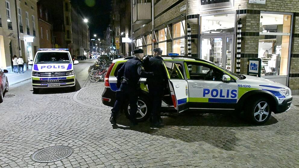 En man i 20-årsåldern har anhållits misstänkt för mordförsök på en ung kvinna på Gamla Väster i Malmö.