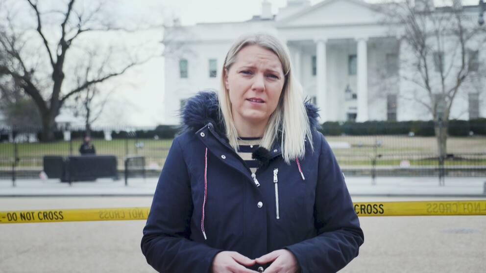 Carina Bergfeldt framför vita huset.