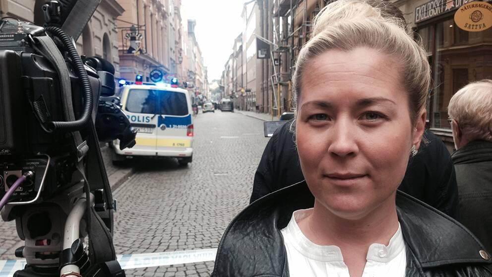 SVT:s reporter Helena Zachariasson på plats i Gamla Stan.