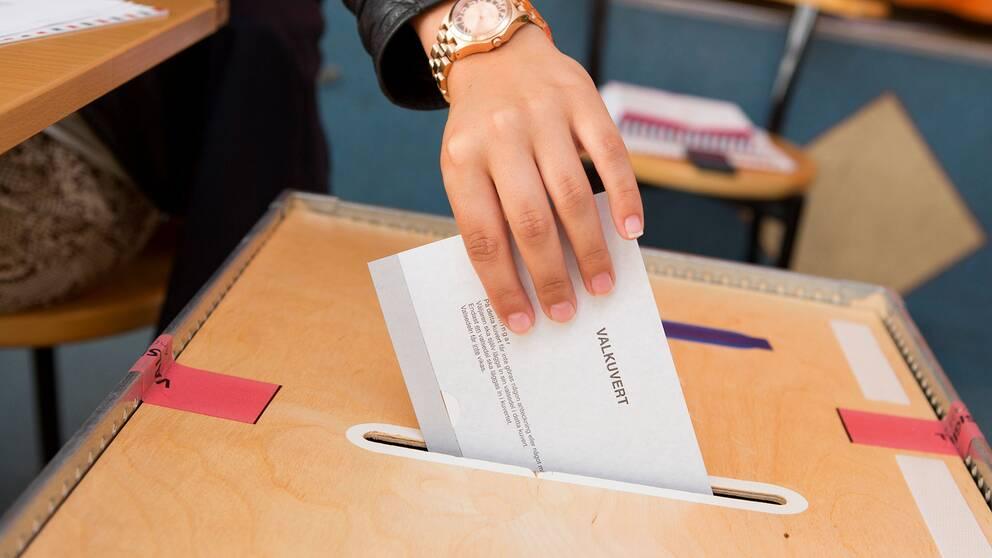 En person som röstar.