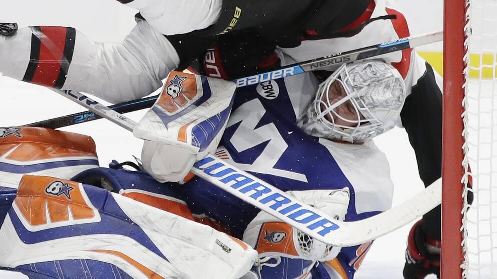 New York Islanders Robin Lehner togs av isen efter en olycklig kollision med Ottawas Brady Tkachuk.