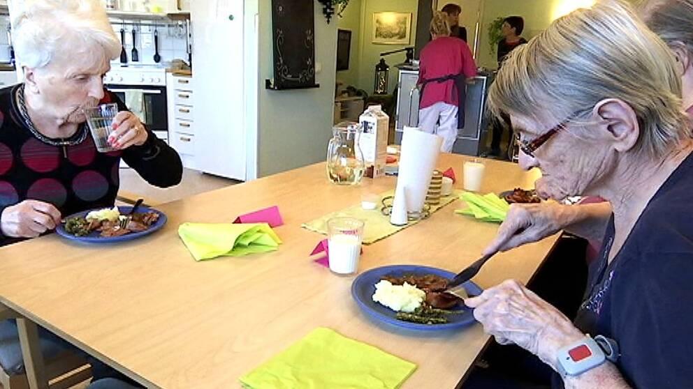 Margareta Andersson, till höger i bild, har inget emot att äta lite mer havregrynsgröt