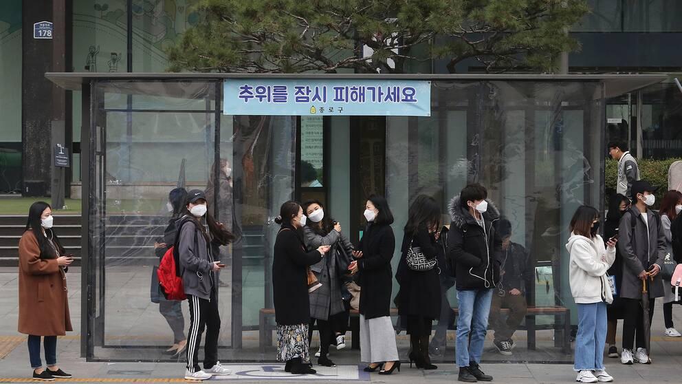 Många i Sydkorea bär masker för att skydda sig från den förorenade luften.